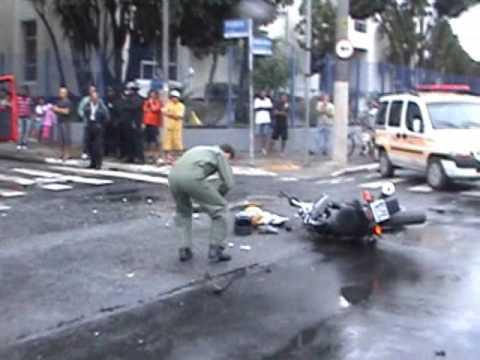 Acidente moto Ao Vivo! Motorista Ônibus esmaga casal em Twister Amarela