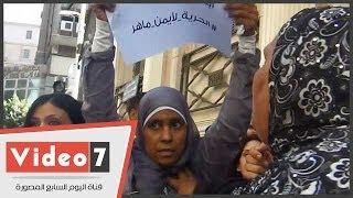 بالفيديو.. شاهد ضرب سيدة للبنات بعد هتافاتهم ضد الجيش بعابدين