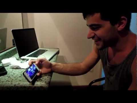 Mikey Deleasa Assistindo ao Vídeo de Uma Fã