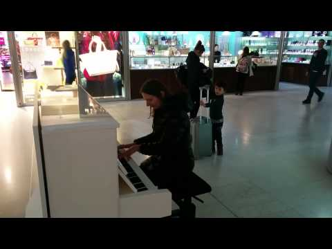 Pop-up Piano at Paris Charles de Gaulle Airport