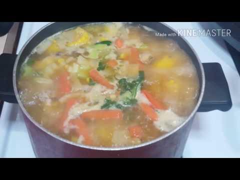 Sopa de pollo estilo puertorriqueño