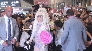 シースルー衣装で投げキッス レディー・ガガさん来日 Lady Gaga arrives in Japan