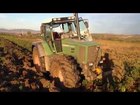 Fendt Favorit 824 plowing without driver and makes deep tillage