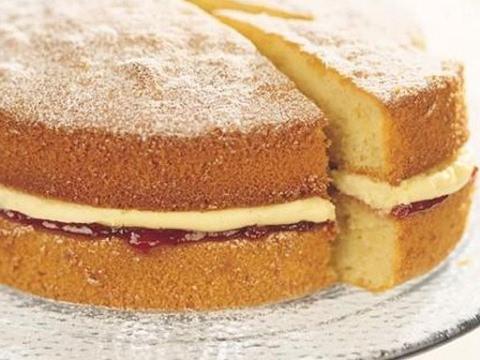 Classic Victoria Sponge Cake (EASY RECIPE)