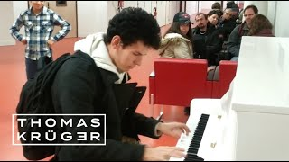 Download Thomas Krüger – Flashmob Piano Medley at French Airport Paris-Orly