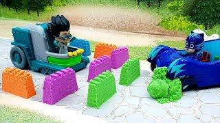 Download Мультфильмы про игрушки - Песочная война! Мультики с игрушками Герои в масках и песок Плей До. Video