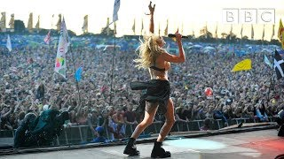 "Ellie Goulding performs ""Burn"" at Glastonbury 