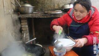 苗大姐20元一斤羊肉,2个萝卜2斤羊肉,喝完大碗汤还吃饭