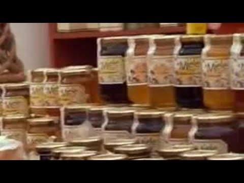 Tuscan chef visits local honey festival to learn bread recipes - BBC