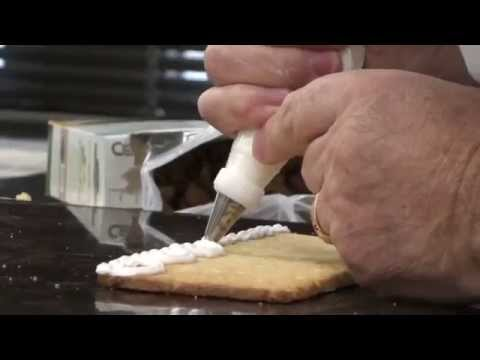Savannah How: Decorating a gingerbread roof