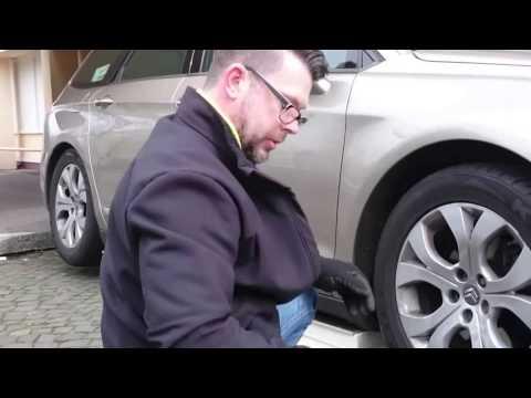 Wheel change without car-jack