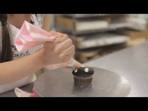 How to Make a Simple Drop Flower | Cupcake Decorating