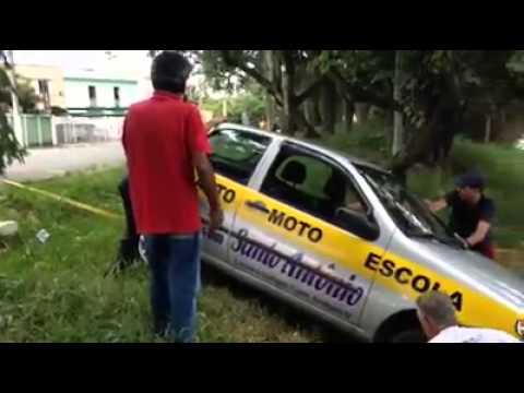 Carro da auto escola quase cai no Rio Paraíba em Guaratinguetá..