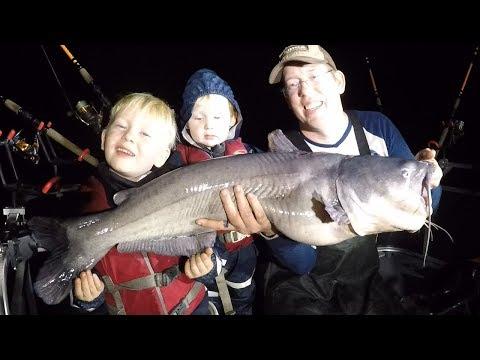 Catching BIG catfish with little kids - catfish pees on Tommy - Catfishing tips.