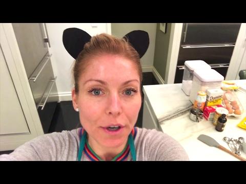 Kelly Ripa Bakes Cookies at Home