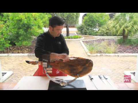 Cleaning of a dry-cured ham (hoof downwards) -- MandicPlace (7)