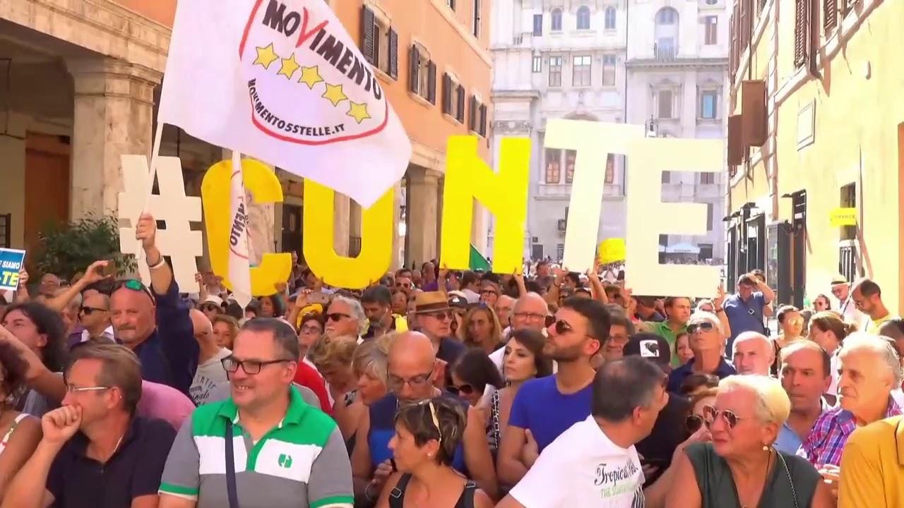 Il giorno di Conte: le contestazioni fuori palazzo Madama