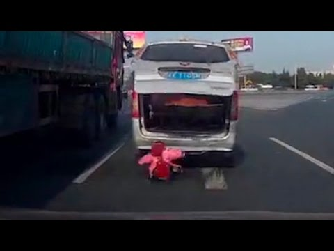 Toddler falls out of van on busy highway (Crazy video)