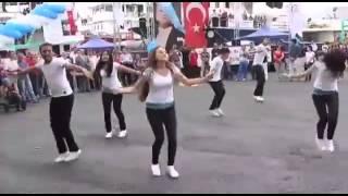 رقص تركي بشارع عام