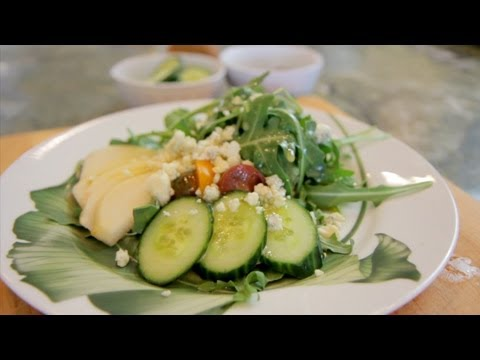 How to Make Pear, Gorgonzola and Arugula Salad - Let's Cook with ModernMom