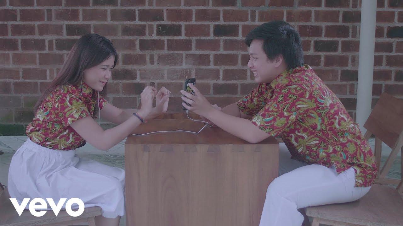 Download Arsy Widianto, Brisia Jodie - Dengan Caraku (Official Music Video) MP3 Gratis
