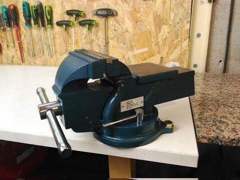 Como instalar un tornillo de banco giratorio para el taller
