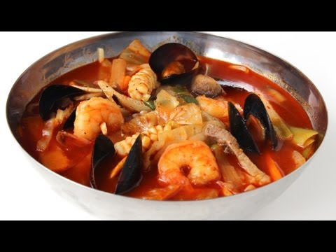 Korean spicy seafood noodle soup (jjampong:짬뽕)