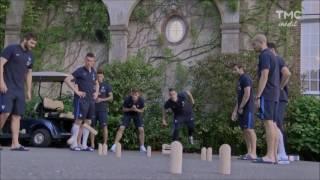 Les joueurs de l'équipe de foot de France jouent au molkky !