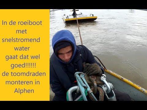 In de roeiboot met snelstromend water!!! gaat dat wel goed. de toomdraden in Alphen monteren.