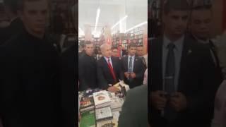 ראש הממשלה נתניהו ערך קניות בחנות ספרים בניו יורק ודיבר עם לקוחות