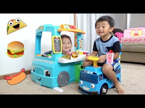 Food Truck Play Kitchen - Cooking and Serving Hot Dogs, Burgers, Pizza, and Pretend Foods