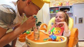 КАПРИЗНЫЙ малыш ГОТОВИМ и КОРМИМ на кухне для детей Kids Children играем в кафе