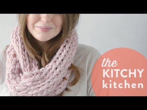 How to Arm Knit a Scarf // The Kitchy Kitchen