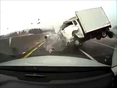 Terrible accident de voiture sur une autoroute
