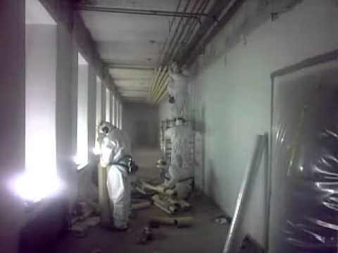 Asbestieristeiden purkua, removing asbestos insulation