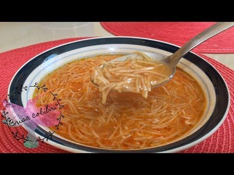 Sopa de fideos con caldo de pollo casero