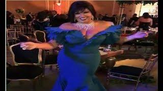 #x202b;فيفي عبده تثير غضب الجمهور بفستان مكشوف...فيديو#x202c;lrm;