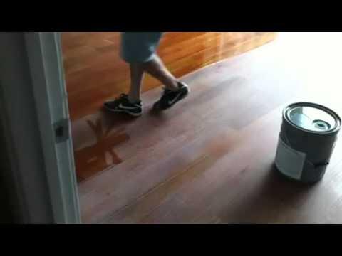 Sanding wood floor bwzen