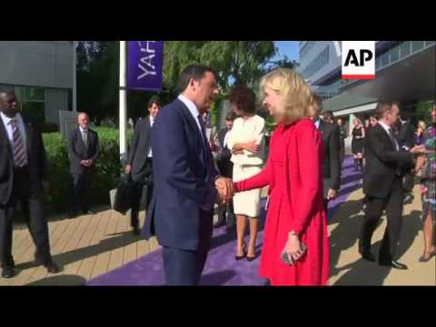 Italian PM visits Yahoo HQ; gives speech at school