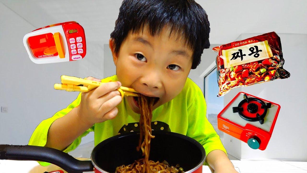 새벽에 아빠 몰래 라면 끓여 먹기 예준이의 짜장면 요리놀이 마법 똘똘이 주방놀이 핑거송 죠니죠니 동요 Kids Eat Noodles Magic Play