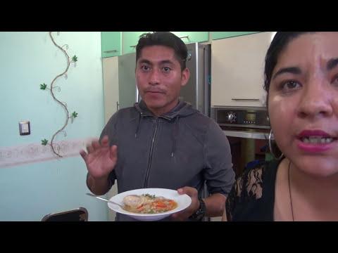 Sopa de pollo con fideos