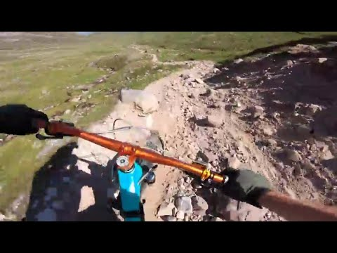 Long rocky descent in the sun - mtb - Scotland