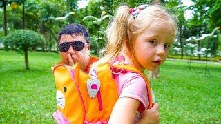 Настя и папа веселятся в аквапарке