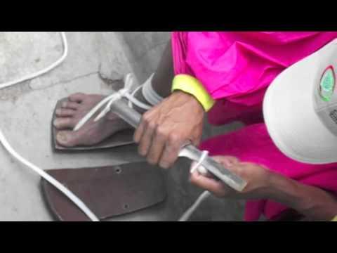 Tarahumara haciendo sus huaraches