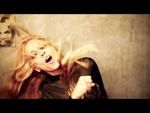 """¡Marta Sánchez muestra un tráiler del videoclip de """"La Que Nunca Se Rinde"""", su nuevo single!"""