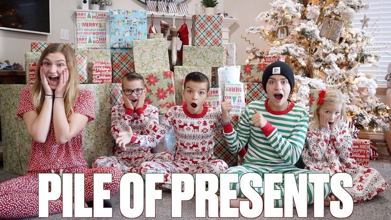 INSANE CHRISTMAS GIFTS HAUL | OPENING PILES OF PRESENTS THE DAY BEFORE CHRISTMAS