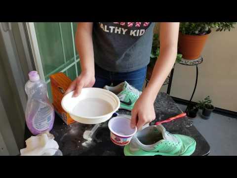 Очень простой способ почистить цветную обувь.