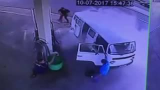 Câmeras flagram Kombi com 5 ocupantes pegando fogo em posto de combustível de São Manuel