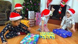 Download Подарки на Новый Год 2017. Открываем подарки. Детский канал Расти вместе с нами Video