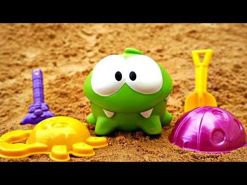 Om Nom on a beach. Games for baby with mud pies.